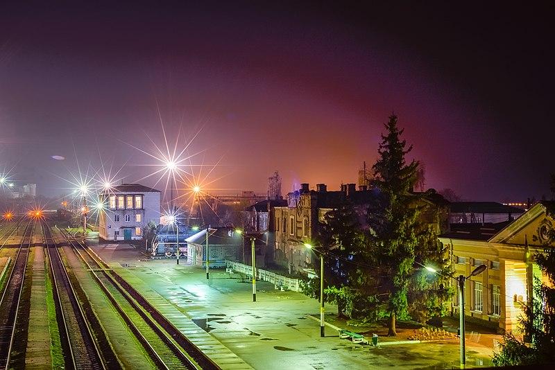 Залізничний вокзал, Сватове. Найкраща світлина Луганської області 2017. Автор — Олександр Павленко, вільна ліцензія CC BY-SA 4.0