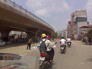 Thanh Trì Bridge - Thanh Trì Bridge seen from feeder road below