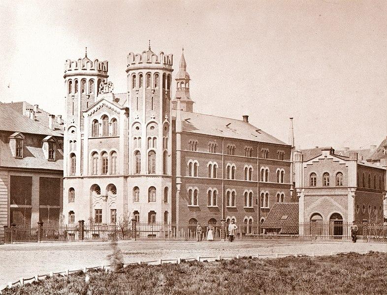 File:1880 circa Fotografie von Karl Friedrich Wunder, 1861 neu erbaute Brückmühle Leineinsel Hannover, daneben das noch barocke Staatsarchiv.jpg