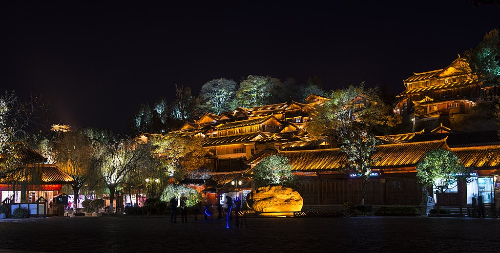 http://upload.wikimedia.org/wikipedia/commons/thumb/7/74/1_lijiang_old_town_night.jpg/1024px-1_lijiang_old_town_night.jpg