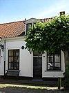 foto van Laag gepleisterd huisje met rechte kroonlijst