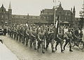 Aankomst van twee detachementen Nederlandse militairen op het stationsplein voor – F40235 – KNBLO.jpg