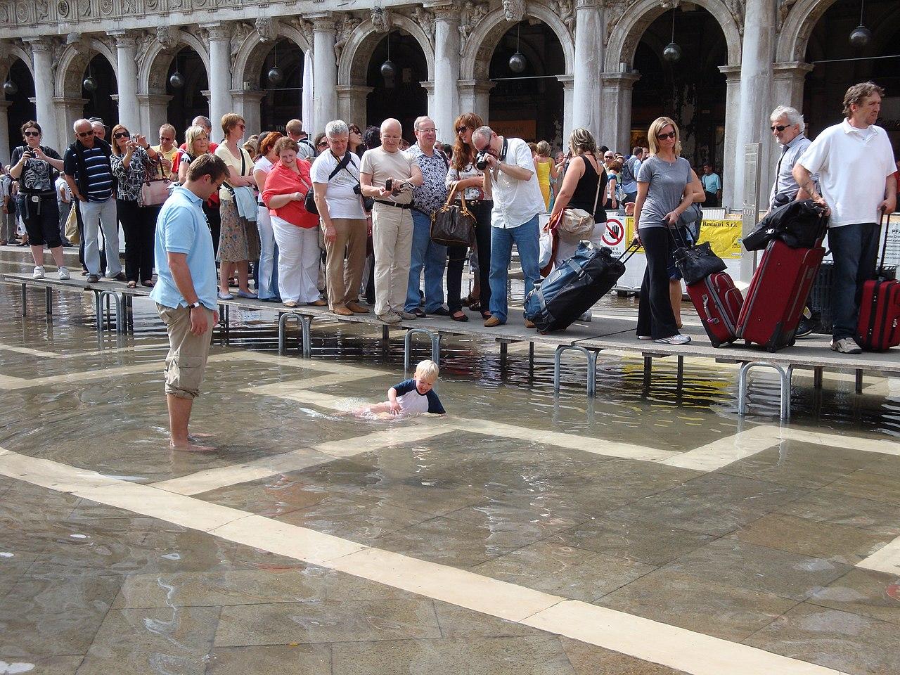 Acqua alta a Venezia nel settembre 2009.jpg