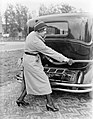 Actrice en fotomodel Cissy van Bennekom met benzineslang bij auto, Bestanddeelnr 252-0488.jpg