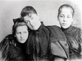 Emil Jakob Schindler - Anna Schindler with Alma (left) and Grete (c. 1890)