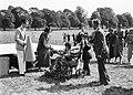 Als invalide verklede jongen neemt een prijs in ontvangst, Bestanddeelnr 252-1273.jpg