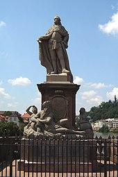 Foto der Statue vor blauem Himmel