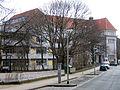 Andertensche Wiese, Blick im Frühling von Nordosten auf den Neu- und Altbau der BBS 11 der Region Hannover.jpg