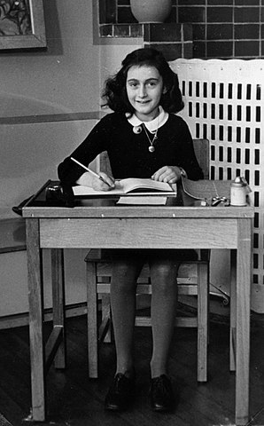 Anne Frank, 1940 - Unbekannter Fotograf; Collectie Anne Frank Stichting Amsterdam, Public Domain