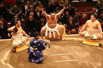 Tachimochi - Asasekiryū (left) acts as tachimochi during his stablemate Asashōryū's dohyō-iri in January 2008.