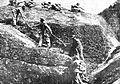 Avstro-ogrski vojaki si pomagajo pri pohodu po strmih pečinah.jpg