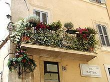 Un balcone nella città di Roma