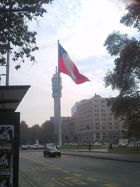 File:Bandera Bicentenario junto a torre entel.jpg