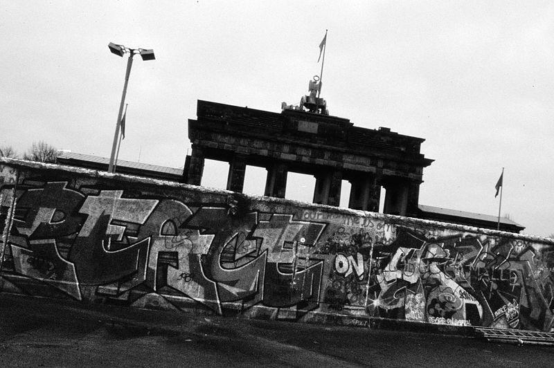 File:Berlin 1989, Fall der Mauer, Chute du mur 30.jpg