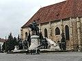 Biserica Sf. MIHAIL și Statuia Matei Corvin.jpg
