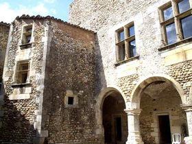Cour d'honneur du château du Bosquet