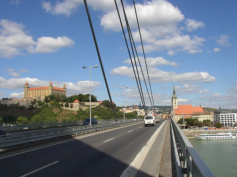 ไฟล์:Bratislava New Bridge Castle and St. Martin cathedral.JPG