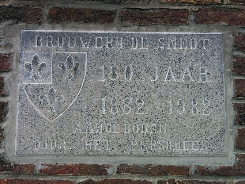 Brouwerij De Smedt - 150 jaar. Dit plaket hangt op de buitengevel van het brouwgebouw.