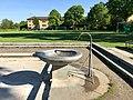 Brunnen mit Planschbecken beim Schulhaus Friesenberg 03.jpg