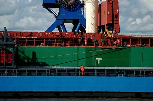 Brunsbuettel zwei schiffe im elbhafen