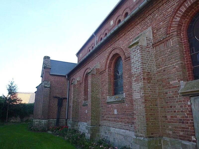 Côté nord de l'église Saint-Pierre Saint-Paul de Bugnicourt, Nord, Nord-Pas-de-Calais, France.