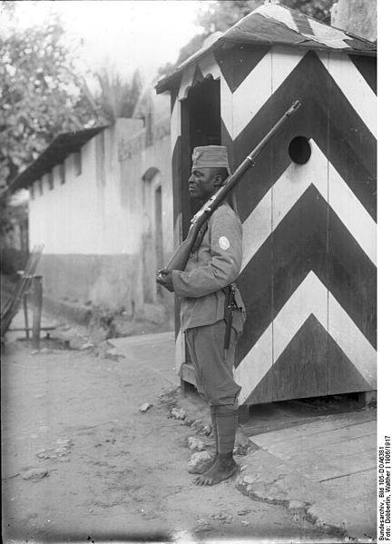 File:Bundesarchiv Bild 105-DOA6381, Deutsch-Ostafrika, Askari.jpg