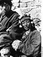 Bundesarchiv Bild 135-S-12-35-30, Tibetexpedition, Nomade und Nomadin,Kofschmuck.jpg