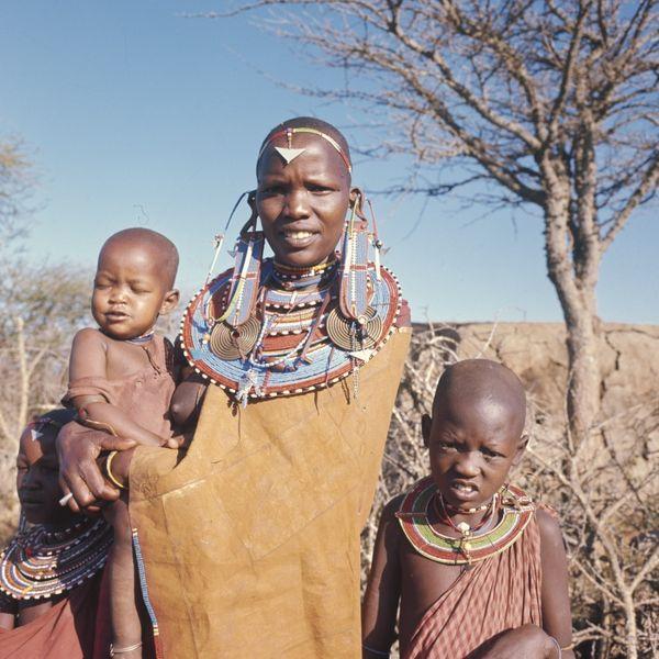 File:COLLECTIE TROPENMUSEUM Close-up van een Masai vrouw met drie kinderen bij Kajiado TMnr 20038609.jpg