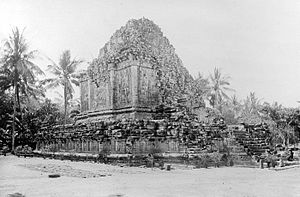 Mendut - The ruins of Mendut temple before restoration, 1880.
