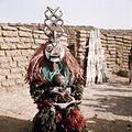 COLLECTIE TROPENMUSEUM Een Nunuma of Winiama maskerdanser met een kind op schoot TMnr 20031582.jpg