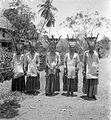 COLLECTIE TROPENMUSEUM Groepsportret van als vrouw opgevoede mannelijk Toraja-priesters (bisoe) TMnr 10001117.jpg