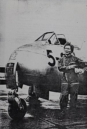 Élisabeth Boselli - Image: Capitaine Elisabeth Boselli devant son DH 100 Vampire