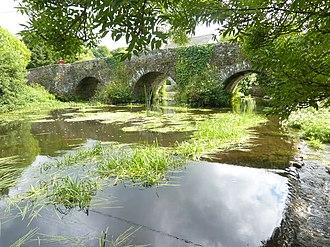 Carhaix-Plouguer - Image: Carhaix 49 Le Petit Carhaix Le pont du XVII Ie sur l'Hyères (vu du côté amont)