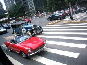 {{pt|Carros antigos na Avenida Paulista.