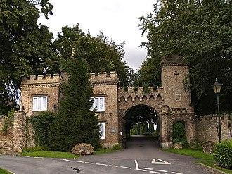 South Cave - Image: Cave Castle Entrance South Cave