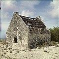 Collectie Nationaal Museum van Wereldculturen TM-20029684 Vervallen slavenhut bij het Pekelmeer Bonaire Boy Lawson (Fotograaf).jpg
