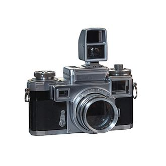 Parallax - Contax III rangefinder camera with macro photography setting. Because the viewfinder is on top of the lens and of the close proximity of the subject, goggles are fitted in front of the rangefinder and a dedicated viewfinder installed to compensate for parallax.