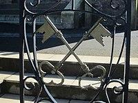 Cross keys on gate railing, St Peter's Church, Ilfracombe.jpg
