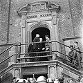 De prins wordt ontvangen door de burgemeester van Haarlem op het bordes van het , Bestanddeelnr 900-4716.jpg