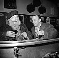De twee mannen staan aan de bar, Bestanddeelnr 254-0006.jpg