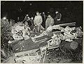 Een neergestort vliegtuig van de Koninklijke Marine, de Firefly, bij de oostelijke tunnel van het circuit. De piloot werd zwaar gewond. 13 januari 1953. NL-HlmNHA 54004322.JPG