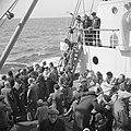 Emigranten (oliem) aan dek van het schip dat hen naar Israel brengt, Bestanddeelnr 255-1098.jpg