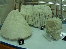 Frammenti di un modello di nuraghe e testa di ariete, dal pozzo sacro di Irru, presso Nulvi, custoditi nel Museo di Perfugas.