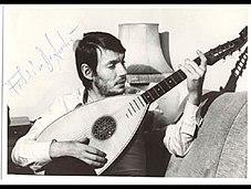 De André ha spesso usato sonorità di strumenti mediterranei e medievali, come si vede in questa foto autografata del 1975
