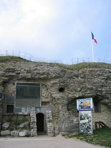 Fort de Douaumont - L'entrée actuelle des galeries, en plan large