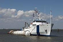 Ein Bergungsboot mit einem geborgenen Solid Rocket Booster
