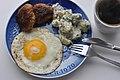 Frikadeller, kartoffelsalat, spejlæg og kaffe (6318132687).jpg