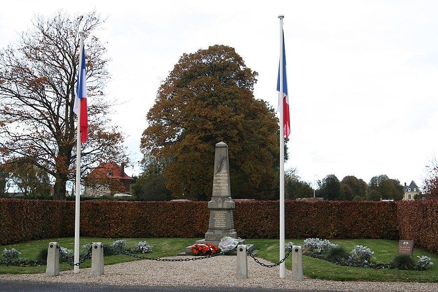 Monument aux morts de Gainneville, après la cérémonie du 11 novembre 2012.