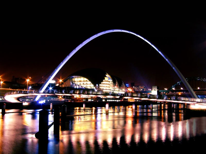 Gateshead Millennium Bridge at night in January 2006