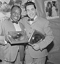 Gert Timmerman ontvangt gouden en diamanten plaat, hier met Louis Armstrong te B, Bestanddeelnr 917-8176.jpg